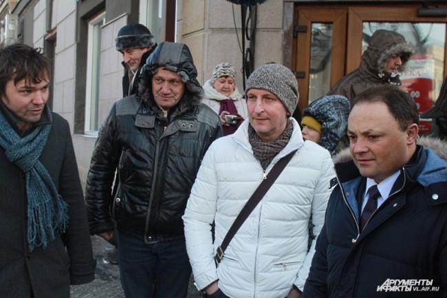Главный художник Владивостока Павел Шугуров (первый слева), автор идеи Руслан Вакулик (второй справа) и мэр Игорь Пушкарев