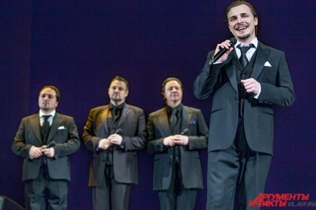 «На бис» тенора исполнили эстрадный хит «Королева красоты» и позвали всех желающих ехать с ними в Хабаровск на очередной концерт.