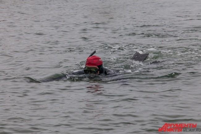 Во время заплыва участников марафона сопровождали спасатели на лодках. Они же давали пловцам сладкое питание для поддержки сил, а также — воду и соки, поскольку при больших продолжительных нагрузках организм человека обезвоживается.