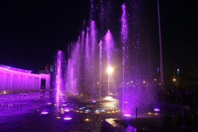 Разноцветные фонтаны на площади труда