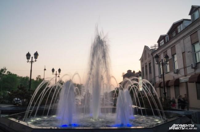 Один из фонтанов на Арбате. Тоже с подсветкой.