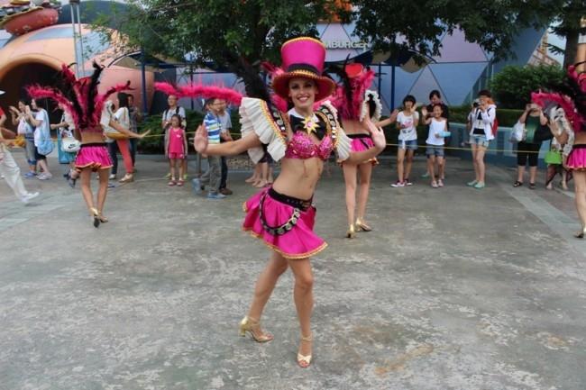 Карнавальное шествие в парке Adventure land