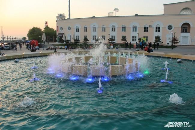 7 июля 2012 года главный фонтан начал работать во Владивостоке.