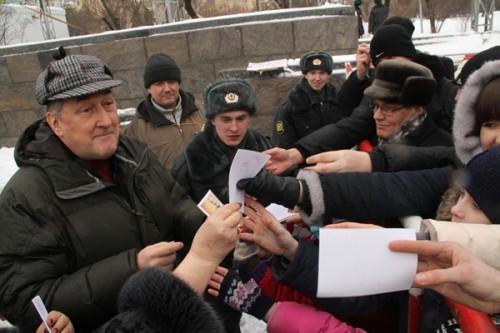 Поклонники знаменитого свёкра не хотели уходить без автографа