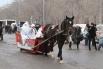 Дед Мороз со Снегурочкой проехали на санях