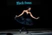 Африканская балерина исполняет партию Черного лебедя