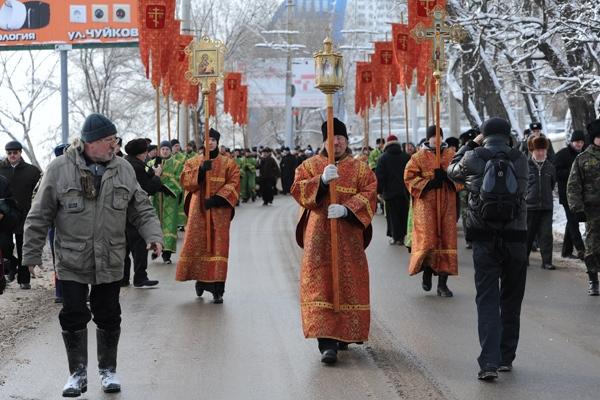 Верующие спустились к Волге у Центральной набережной