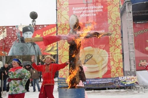 В конце праздника на площади сожгли чучело Масленицы