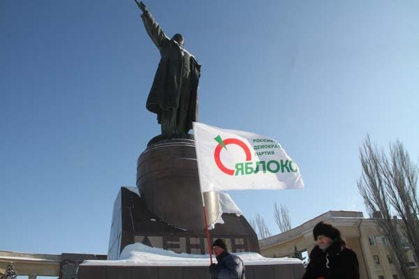 Волгоградцы митинговали у подножия главного революционера Ленина