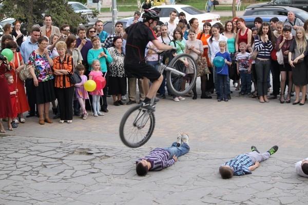 Гостей встречал балет на велосипедах