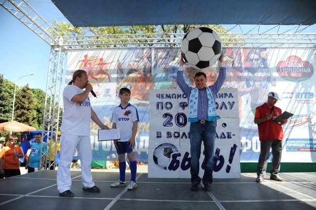 12-летний Саша Нестеров подарил губернатору Сергею Боженову гигантский мяч