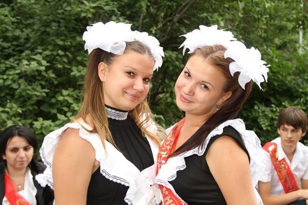Выпускницы Даша и Катя Науменко