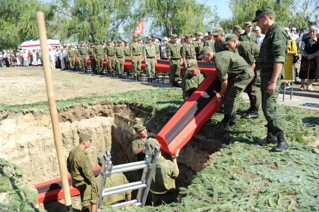 Останки погибших воинов предали земле