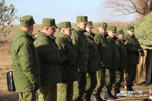 Под Волгоградом прошли учения командиров бригад сухопутных войск РФ под руководством генерал-полковника Владимира Чиркина. Военные отрабатывали как пользование техникой, так и физические действия.