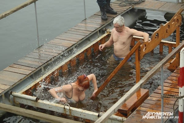 Волгоградцы окунулись в крещенскую воду
