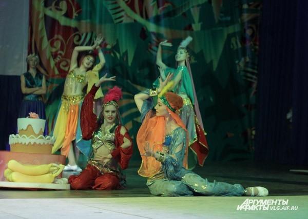 Новый год – это не только елка, мандарины, салаты, но и театрализованное представление. Ансамбль «Улыбка» подготовил для волгоградцев спектакль «Волшебный цветок».