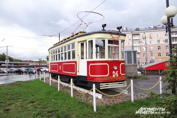 Похожий памятник трамваю есть и в Волгограде