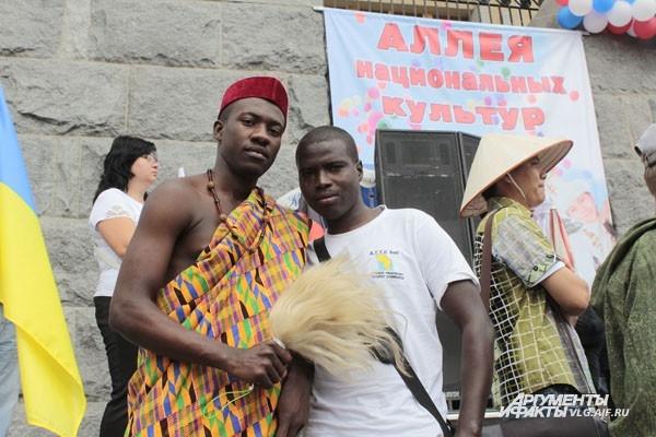 На Аллее национальностей африканцы держались поближе к украинскому флагу