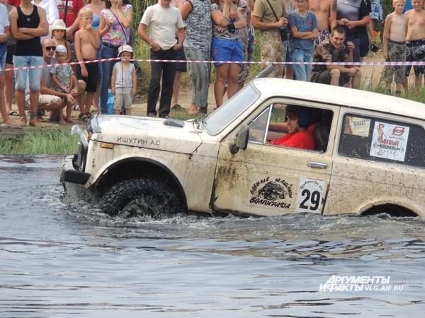 Экипаж №29 пытается преодолеть водное препятствие.