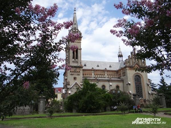 Церковь святой Варвары выглядит как католический храм. Им она и была раньше, но теперь там молятся православные