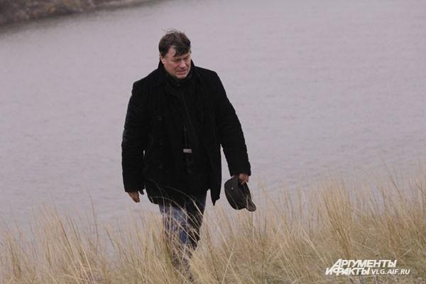 Александр Цуркан поднялся на речной берег, чтобы приобщиться к памяти о выдающемся режиссере
