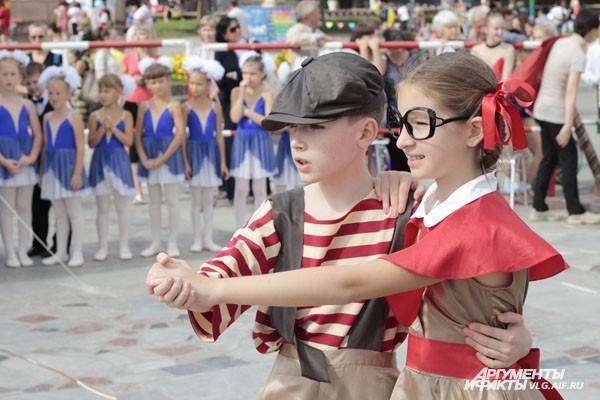 Маленькие стиляги танцуют