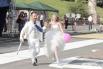 Взрослые стиляги входят в семейную жизнь с зонтом и шариком