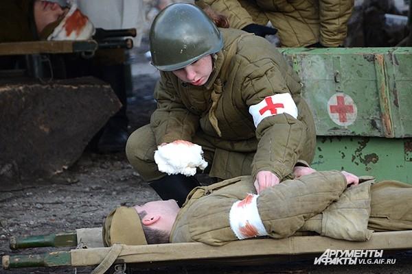 Первая помощь раненому бойцу