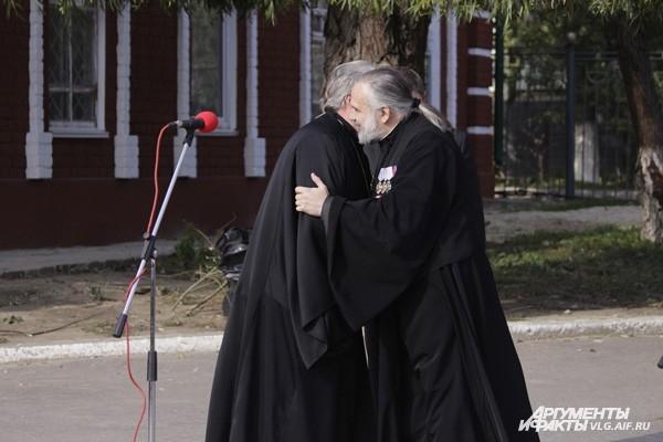 Священники поздравляют друг друга