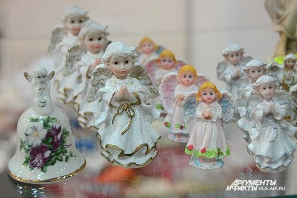 Статуэтки выполнены в русле православной ремесленной традиции