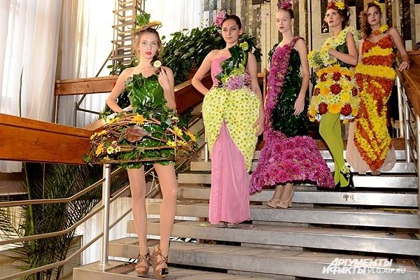 Цветущие красотой девушки вышли на подиум