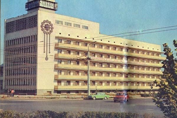 Улица 26 бакинских комиссров некогда славилась своей широкой дорогой и высокими тополями