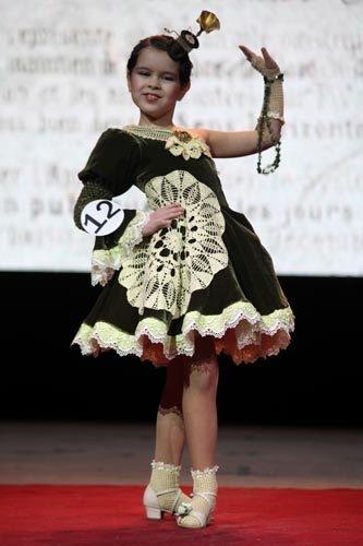 Возрастная категория 7-10 лет: 2 место – Лиза Гордеева с образом «Винтаж».