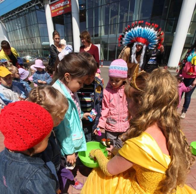 Малышам посчастливилось познакомиться с героями сказок и мультфильмов, поучаствовать в интерактивных играх, получить угощения, призы и подарки.