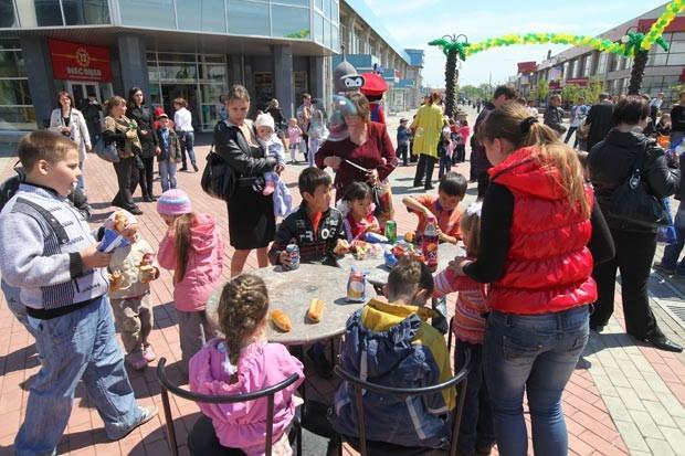 Во второй половине праздничной программы веселая детвора отрывалась на бесплатных аттракционах. Не остались без внимания и пациенты Областной детской клинической больницы - от предприятия «Фортуна» им вручили 400 сладких подарков.