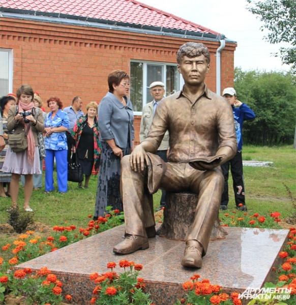 По словам родственников и земляков драматурга, скульптору удалось передать максимальное внешнее сходство с писателем.