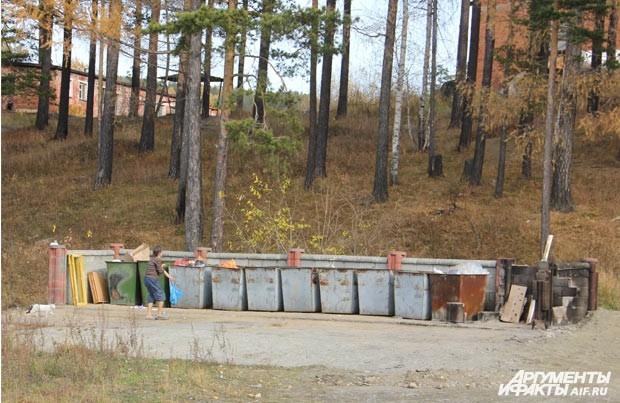 Проблемы с вывозом мусора, который вошло в привычку просто сжигать на месте, решились до приезда Полпреда. Интересно, надолго ли...