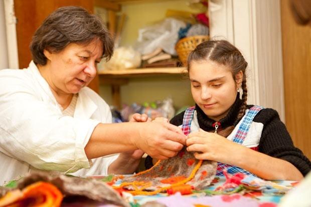 Занятия в «Надежде» начинаются с 9 утра. До обеда - работа в мастерских. В валяльной, например, изготавливают полотна из шерсти, потом из них выкраивают сумки, салфетки, кошельки, игольницы, тапочки.