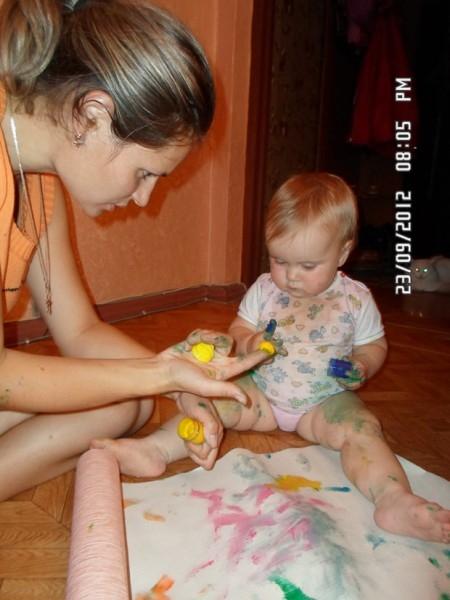 Рисуем пальчиковыми красками. Валерия, сейчас 1 годик