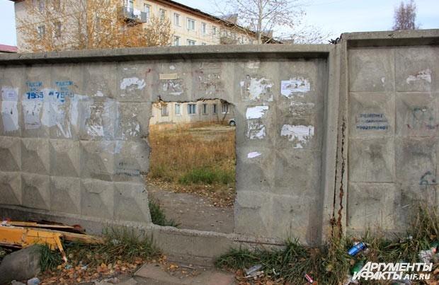 Вход свободный как в заборе, так и на КПП.