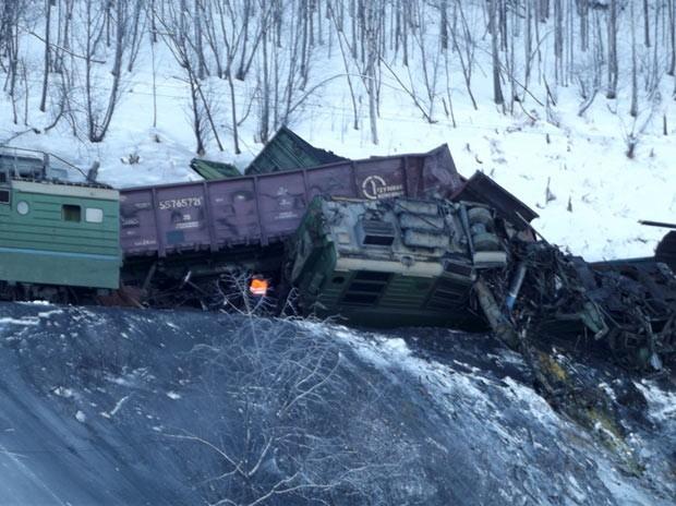 Передняя кабина локомотива раздавлена под вагонами.