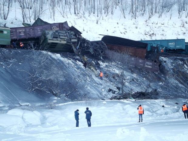 Локомотив и сошедшие с пути вагоны товарняка.