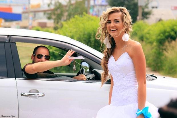 Трудно было не заметить шествие невест и всем хотелось с ними сфотографироваться