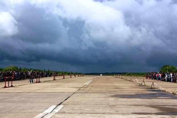 Для соревнований было выбрано идеальное место – взлетно-посадочная полоса.