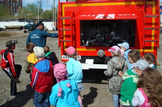 Детишки были счастливы увидеть пожарную технику так близко.