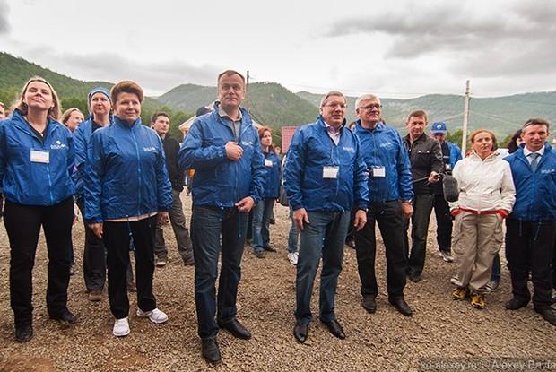 Бурю эмоций у ребят вызвала приехавшая в лагерь группа правительства во главе с полпредом президента Виктором Толоконниковым и губернатором Иркутской области Сергеем Ерощенко.
