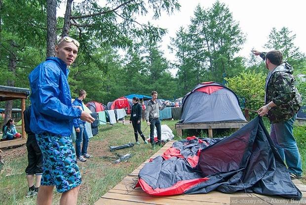 Условия в лагере полевые – палатка способствует сближению и выработке неприхотливого характера.