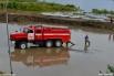 Службы спасения предпринимают попытки откачать воду.