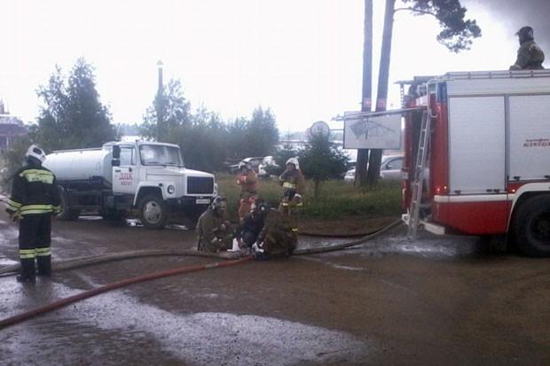 На тушении задействовано 76 пожарных и 24 единицы техники экстренных служб.