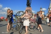 Все участницы должны были быть в красивом платье и на велосипеде.